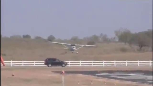 un avion percute une voiture l 39 atterrissage. Black Bedroom Furniture Sets. Home Design Ideas