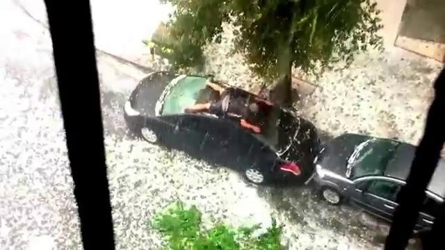 un homme nage sur le toit de sa voiture. Black Bedroom Furniture Sets. Home Design Ideas