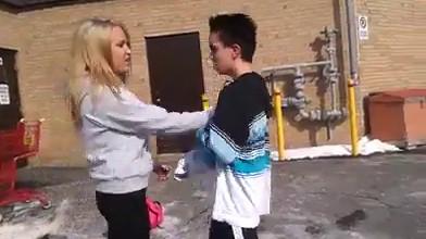 Des adolescents qui battent la fille
