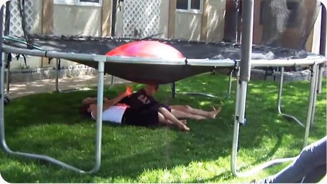 ballon d 39 eau sur un trampoline. Black Bedroom Furniture Sets. Home Design Ideas