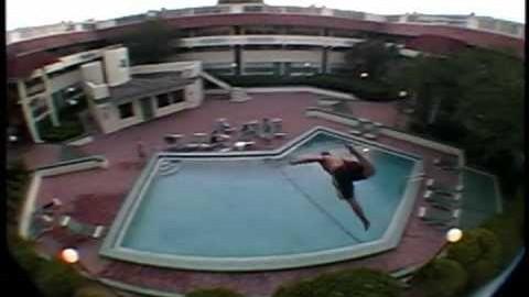Plonger dans une piscine depuis un balcon for Apprendre a plonger dans une piscine