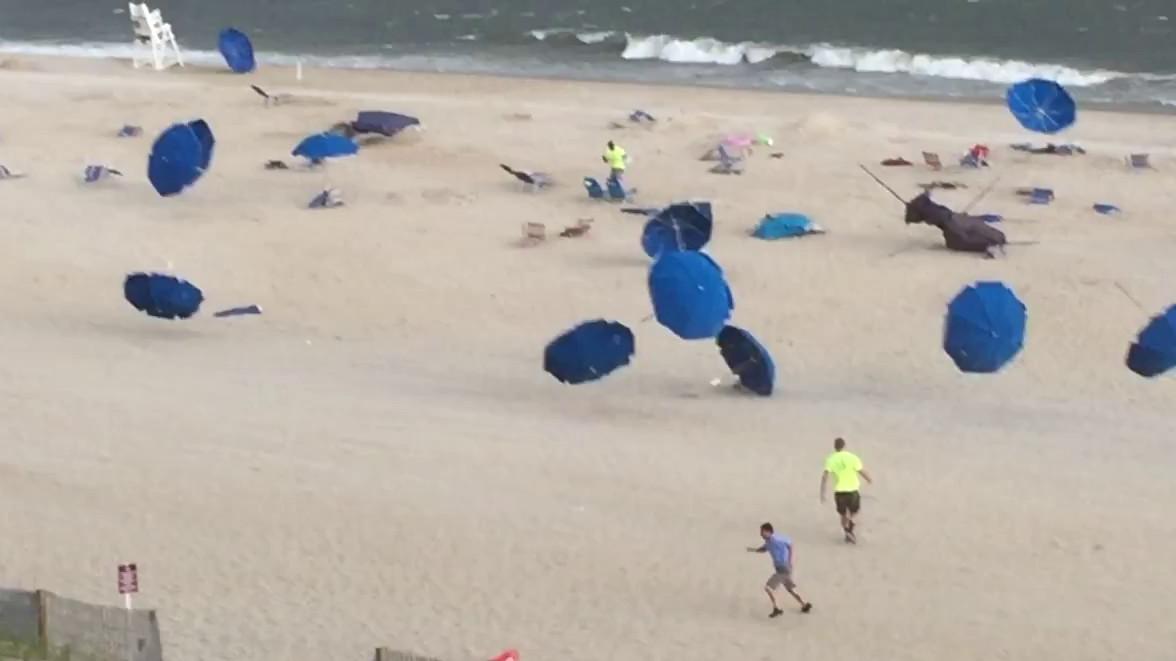 des parasols emport s par le vent sur une plage. Black Bedroom Furniture Sets. Home Design Ideas