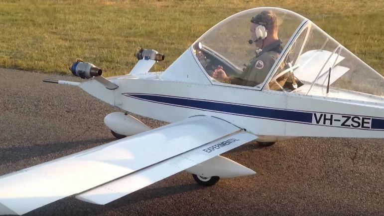 deux mini moteurs r action sur un avion de tourisme. Black Bedroom Furniture Sets. Home Design Ideas