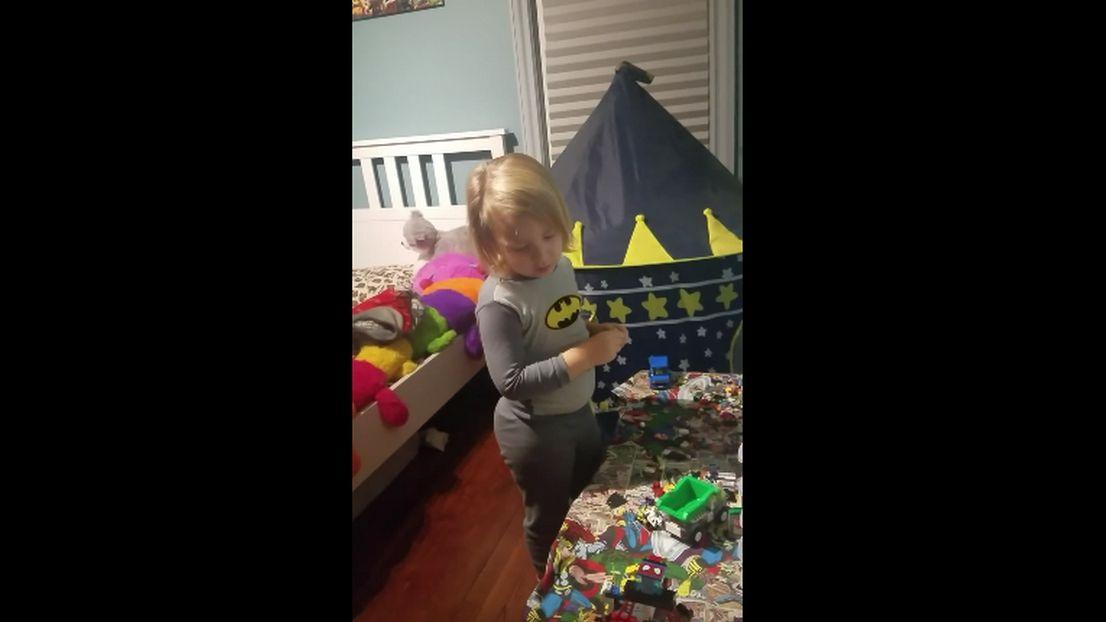 Une maman fait peur son enfant dans sa chambre for Chambre qui fait peur