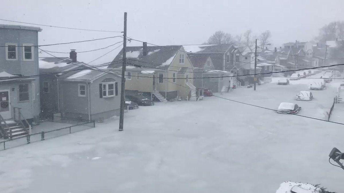 Une rue de Boston prise par la glace après une inondation